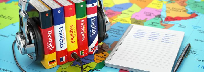 quattro dizionari di lingue su una cartina